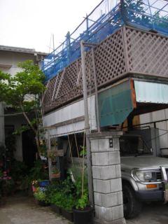 玄関前の手作り車庫と車庫上菜園場